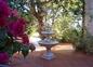 La fontaine près de la terrasse du logement