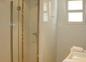 une autre salle de bain privative à la chambre