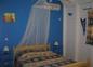 Chambre climatisée du rez de chaussée avec un grand lit