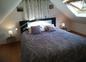 Chambre de l'étage avec lit double et lit bébé