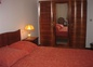 Chambre climatisée avec un grand lit