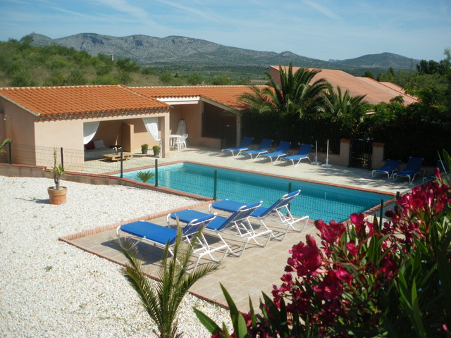 G te les oliviers de virgina gite piscine languedoc for Piscine pyrenees orientales