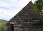 l'ossuaire, à forme pyramidale...